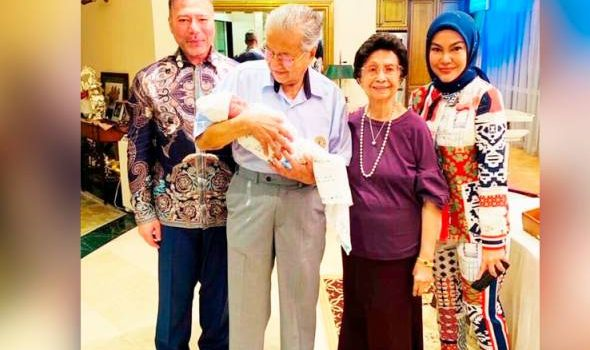 """Bertuah budak ini… kata-kata Tun Mahathir menyentuh perasaan Umie Aida"
