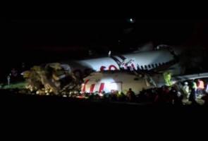 Pesawat pecah tiga ketika mendarat di Istanbul