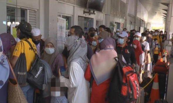 Tiada penjarakan fizikal, ribuan penumpang bersesak di jeti feri ke Langkawi
